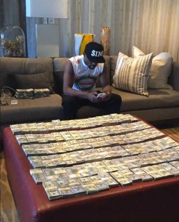 Flood-Mayweather-and-piles-of-cash